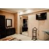 2-х комнатная теплая кв-ра,  в самом центре,  все рядом,  шикарный ремонт,  быт. техника,  встр. кухня,  с мебелью,  Свет , вода