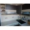 Отличный вариант.  1-но комнатная просторная кв-ра,  все рядом,  шикарный ремонт,  встр. кухня,  с мебелью,  +счетчики